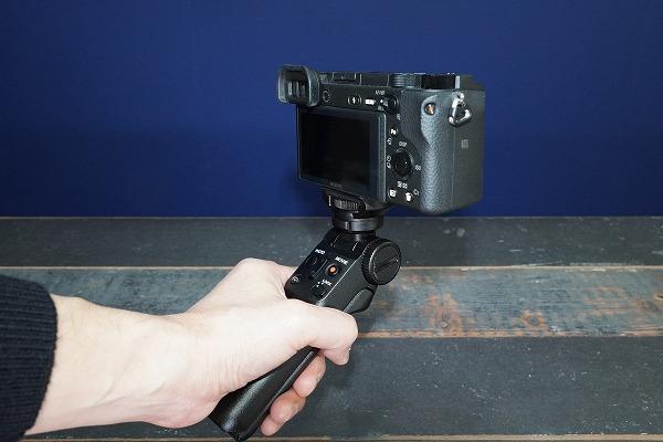 APS-Cセンサーのミラーレス一眼カメラαに装着
